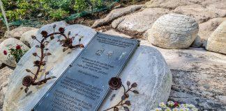 Minnesmerke 22. juli med blomster