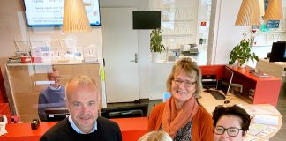 Ordfører Kjell Neergaard (fv) skryter av kommunens medarbeidere, Anne Marthe Korsnes Wiik, smittevernteamet, Randi Bech Paulits og Mariann Schultz Wiig, begge Servicetorget.