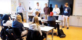 Rektor Willy Tangen (f.v), Henrik Asheim, Vetle Wang Soleim, Tina Bru og Peter Frølich på besøk hos 10D Nordlandet ungdomsskole