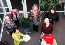 Annette Gundersen holder kaka. Deretter fra venstre: Judith Nygård, Jorunn Berthelsen, Marit Pettersen, Randi Bech Paulits, Britt Hjelle og Bente Elshaug
