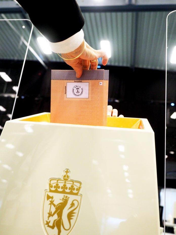 Legger stemmeseddel i valgurne