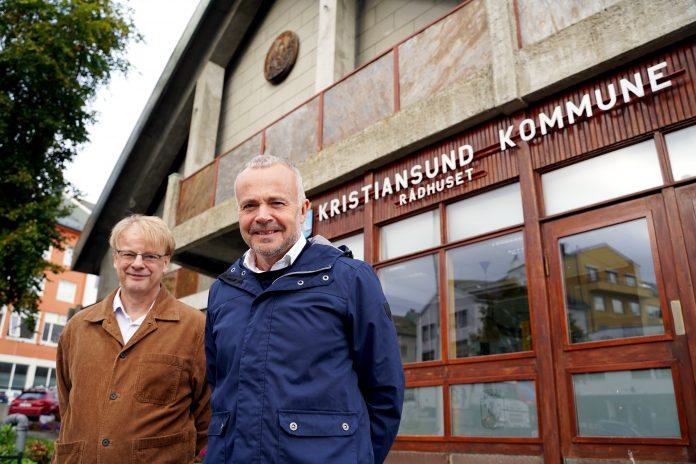 Utvalgsleder Arne Grødahl og ordfører Kjell Neergaard